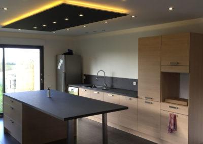 cuisine ilot plafond noir avec LED