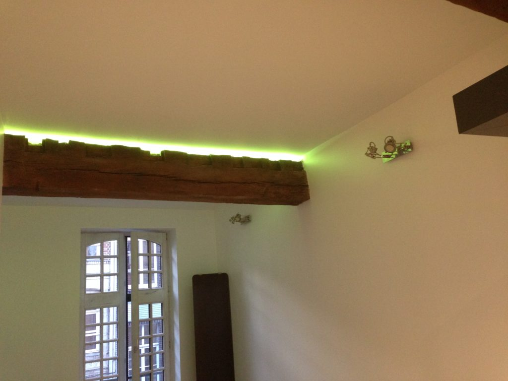poutre avec ruban lumineux dans appartement