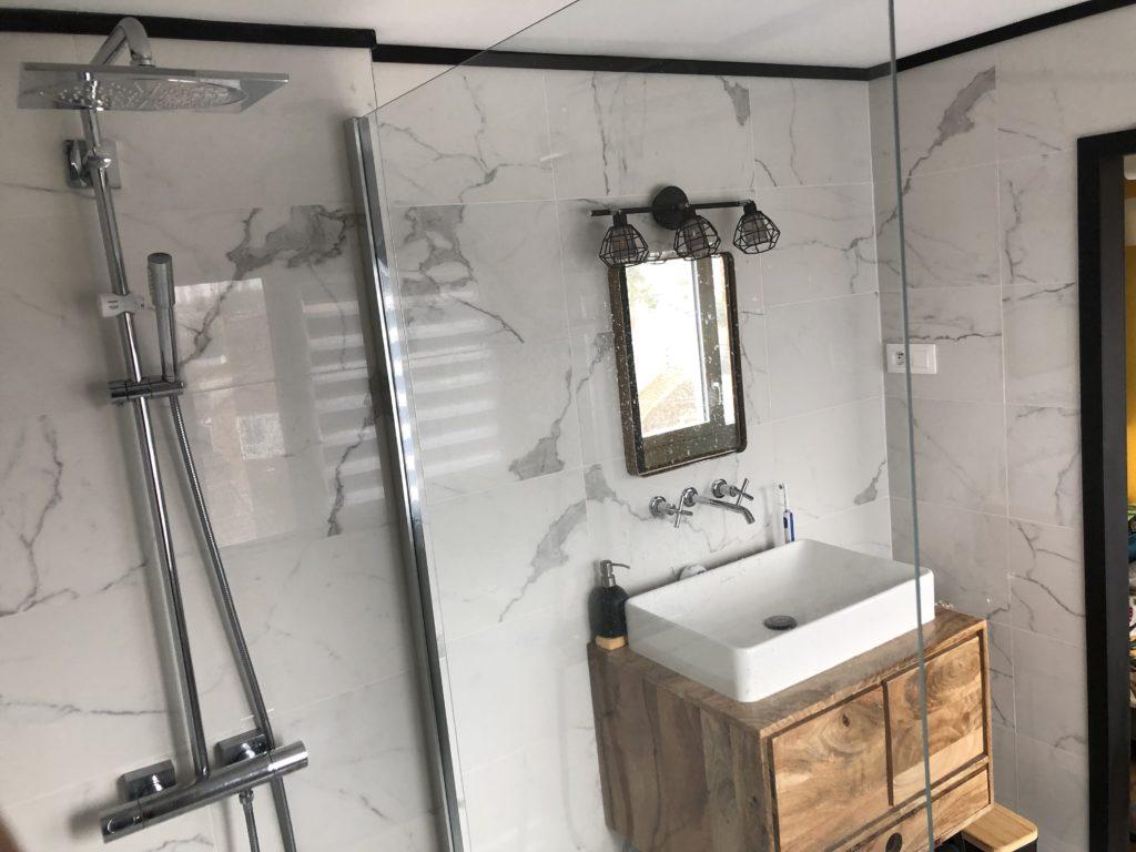 Salle de bains en marbre vue de la douche