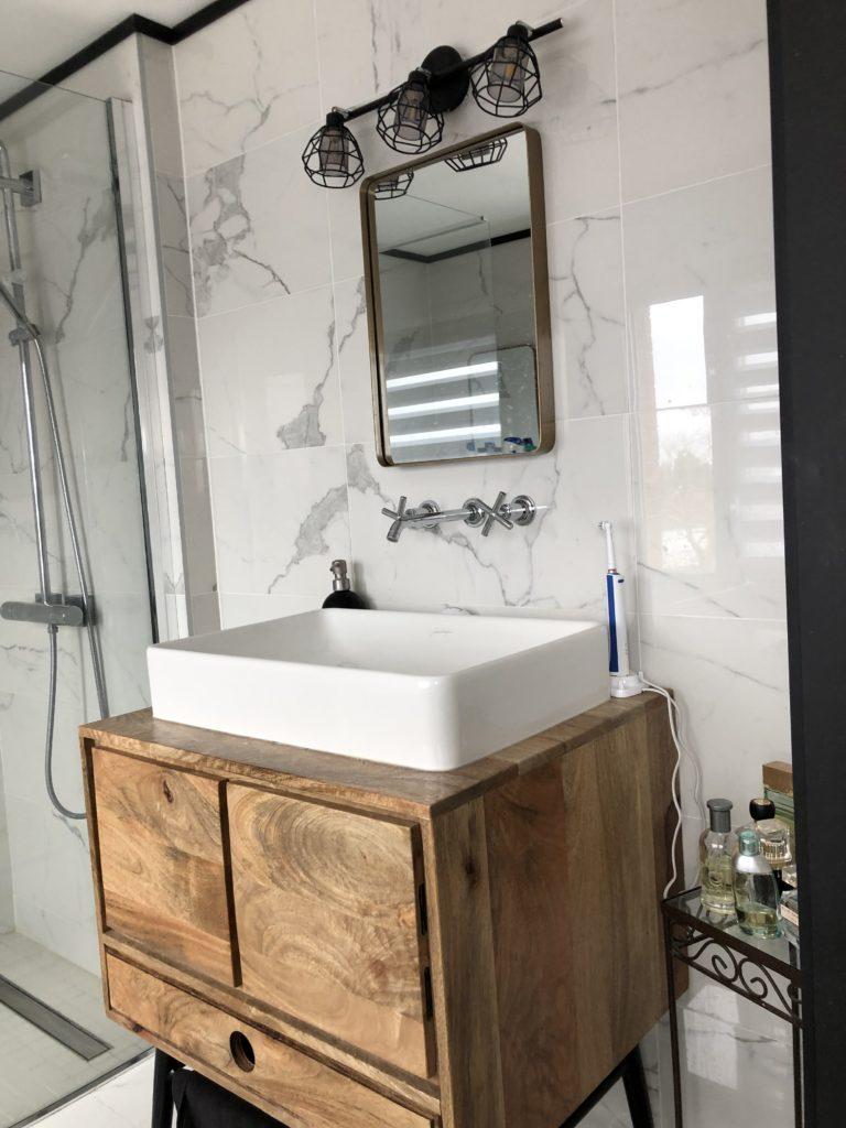 Salle de bains en marbre blanc