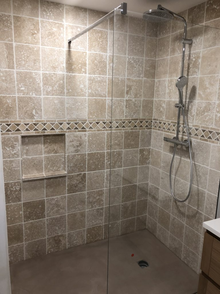 Douche avec paroi en verre- salle de bains en marbre travertin