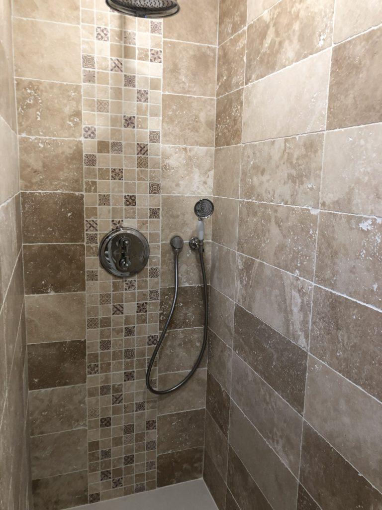 salle de bains en travertin
