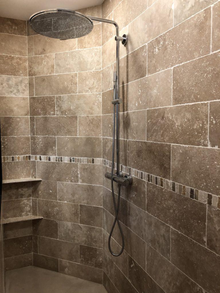 Douche italienne salle de bains en marbre travertin